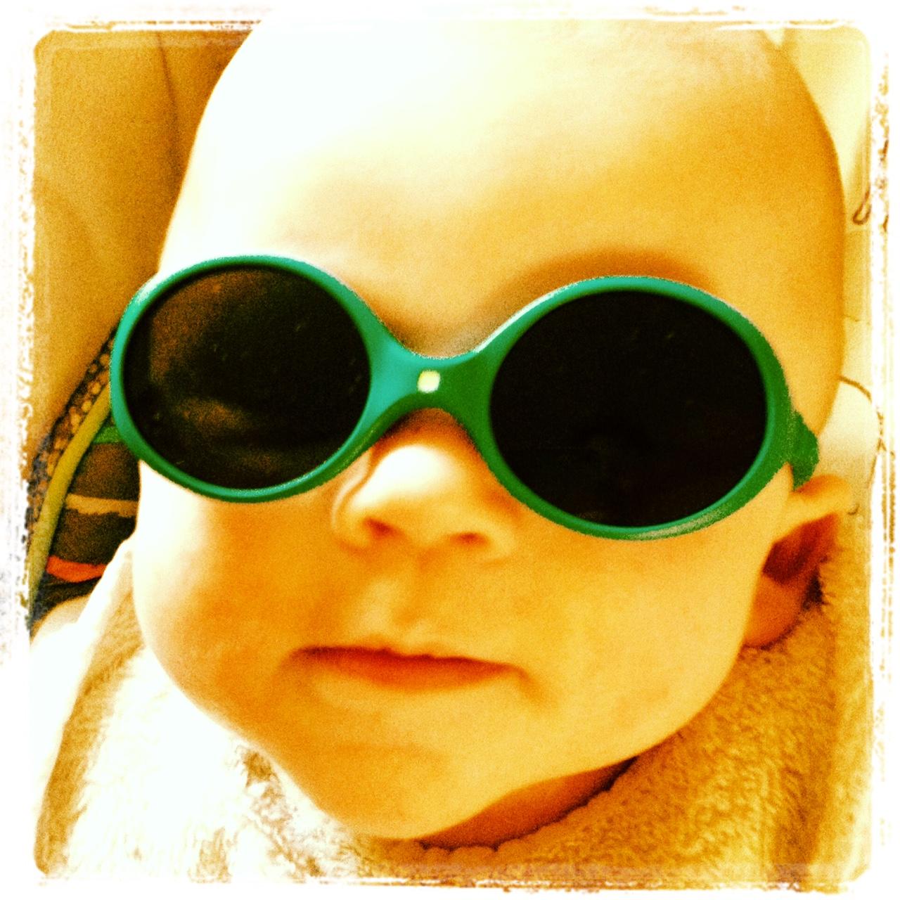 Bébé qui frime avec ses premières lunettes de soleil